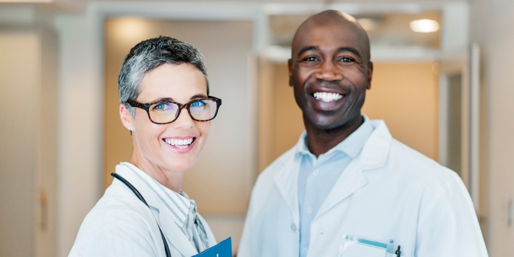 portrait-of-smiling-doctors-in-hospital-picture-id904793344